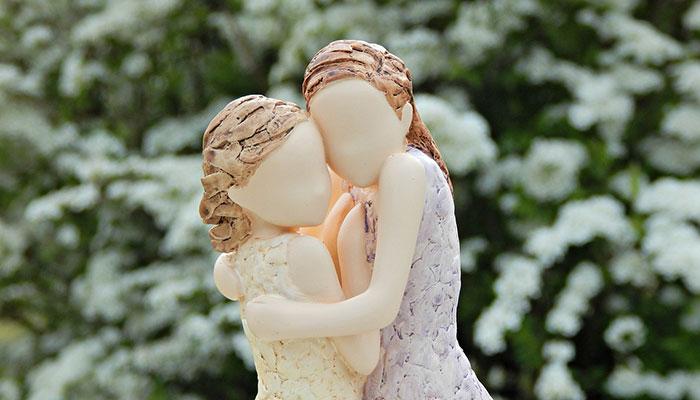 figuritas de mujeres abrazándose