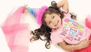 niña celebrando cumpleaños