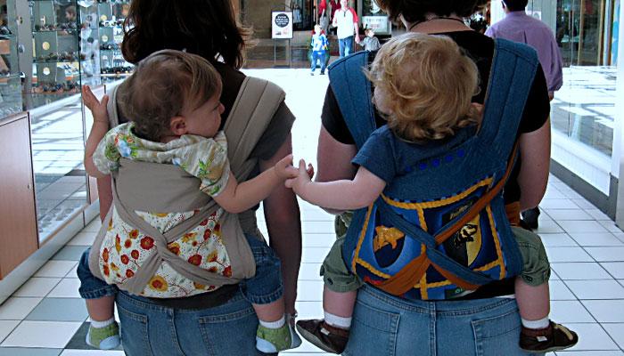 dos madres porteando