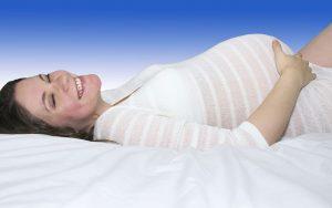 embarazada tumbada sonriendo