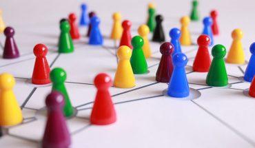 fichas de juego de mesa conectadas por lineas