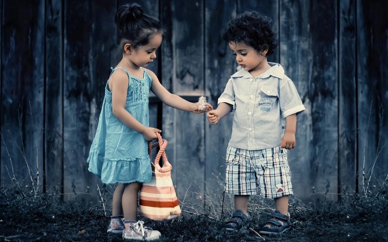 Niños de la mano