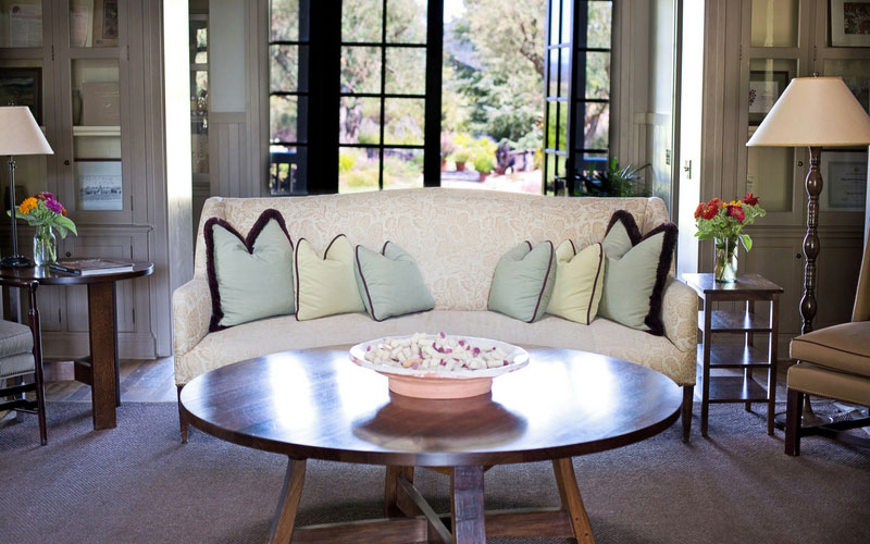 sofá con cojines en un salón